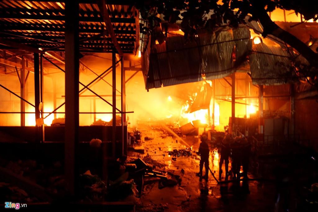 Tình người trong đêm trắng chữa cháy ở Công ty bóng đèn Rạng Đông - Ảnh 1.