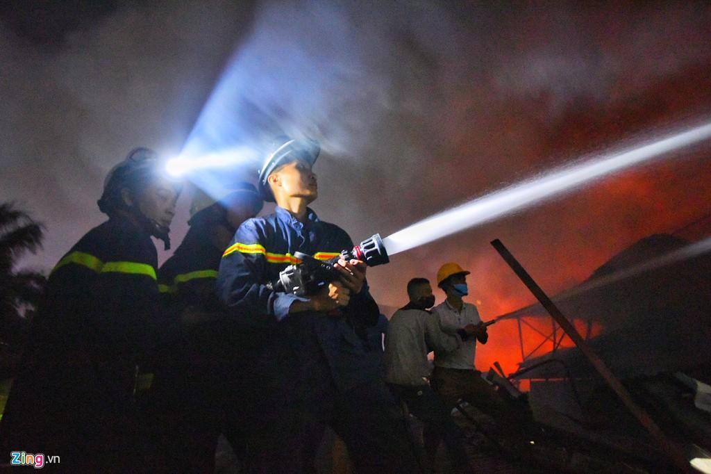 Tình người trong đêm trắng chữa cháy ở Công ty bóng đèn Rạng Đông - Ảnh 2.