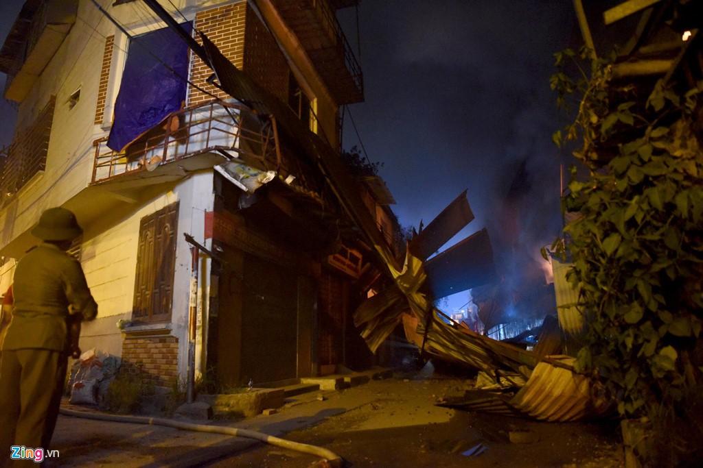 Tình người trong đêm trắng chữa cháy ở Công ty bóng đèn Rạng Đông - Ảnh 3.