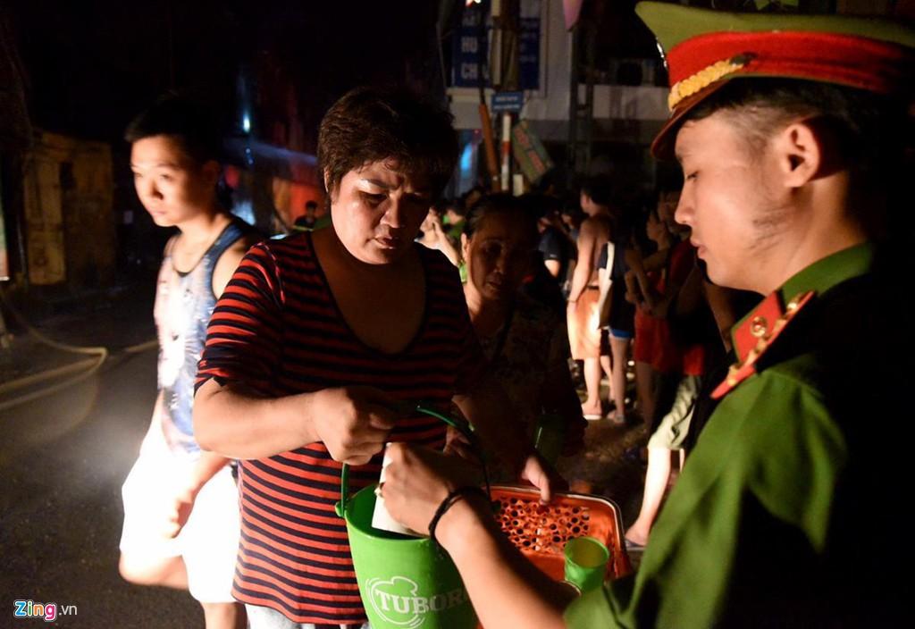 Tình người trong đêm trắng chữa cháy ở Công ty bóng đèn Rạng Đông - Ảnh 4.