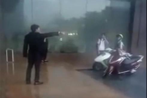 Bảo vệ khách sạn Grand Plaza Hotel đuổi phụ nữ và học sinh trú mưa: Quản lí lên tiếng - Ảnh 1.