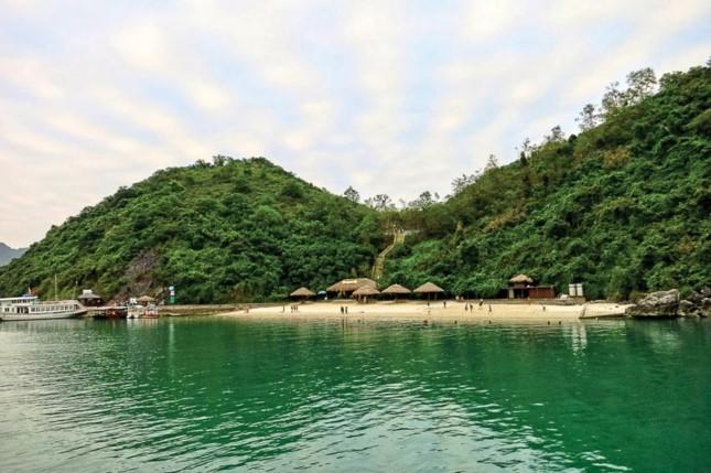 Tạm dừng hoạt động bãi tắm Soi Sim trên vịnh Hạ Long - Ảnh 1.