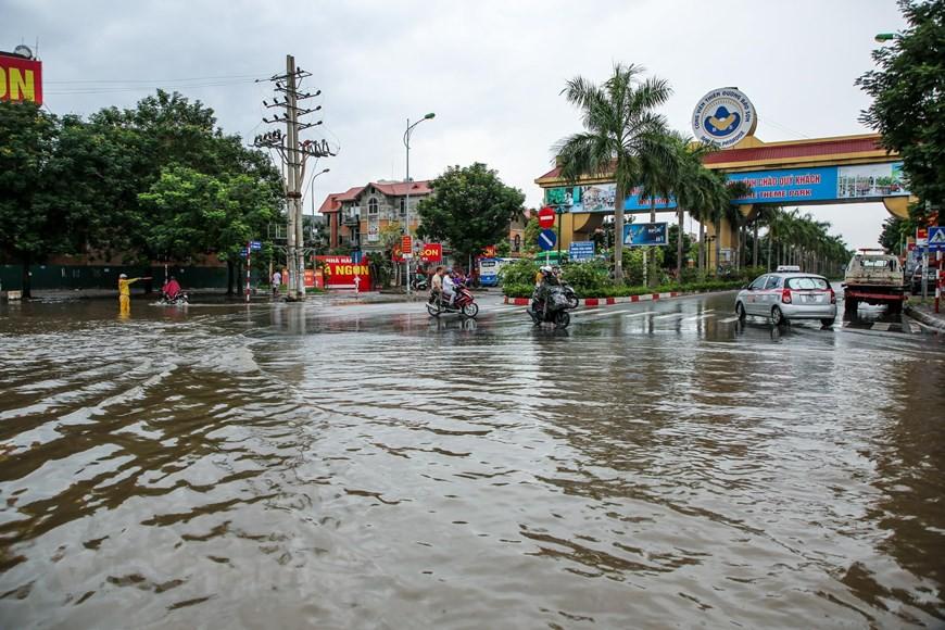 Cận cảnh Đại lộ Thăng Long ngập nặng sau cơn mưa lớn do bão số 3 - Ảnh 1.