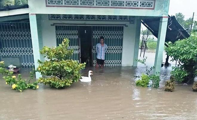 Hàng trăm căn nhà ở miền Tây bị ngập nước, sập và tốc mái do mưa lớn - Ảnh 1.