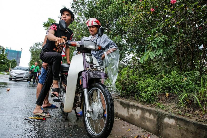 Cận cảnh Đại lộ Thăng Long ngập nặng sau cơn mưa lớn do bão số 3 - Ảnh 10.