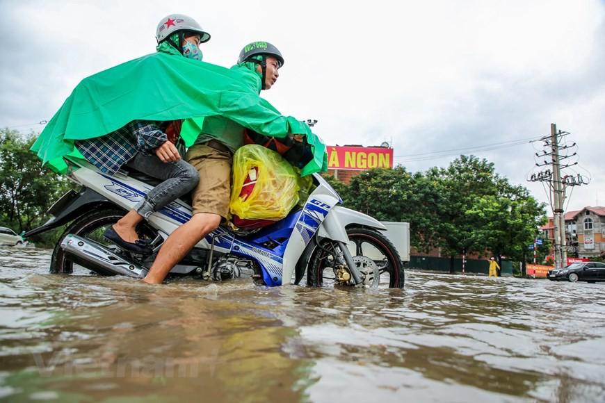 Cận cảnh Đại lộ Thăng Long ngập nặng sau cơn mưa lớn do bão số 3 - Ảnh 11.