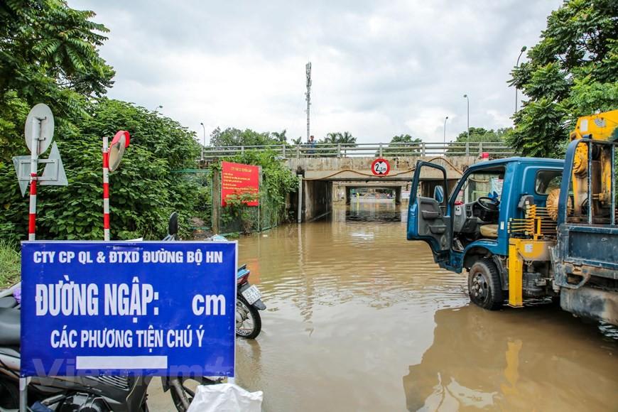 Cận cảnh Đại lộ Thăng Long ngập nặng sau cơn mưa lớn do bão số 3 - Ảnh 12.