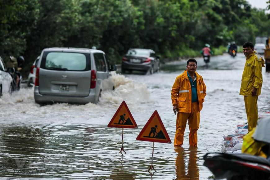 Cận cảnh Đại lộ Thăng Long ngập nặng sau cơn mưa lớn do bão số 3 - Ảnh 14.