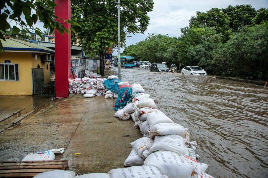 Cận cảnh Đại lộ Thăng Long ngập nặng sau cơn mưa lớn do bão số 3 - Ảnh 16.