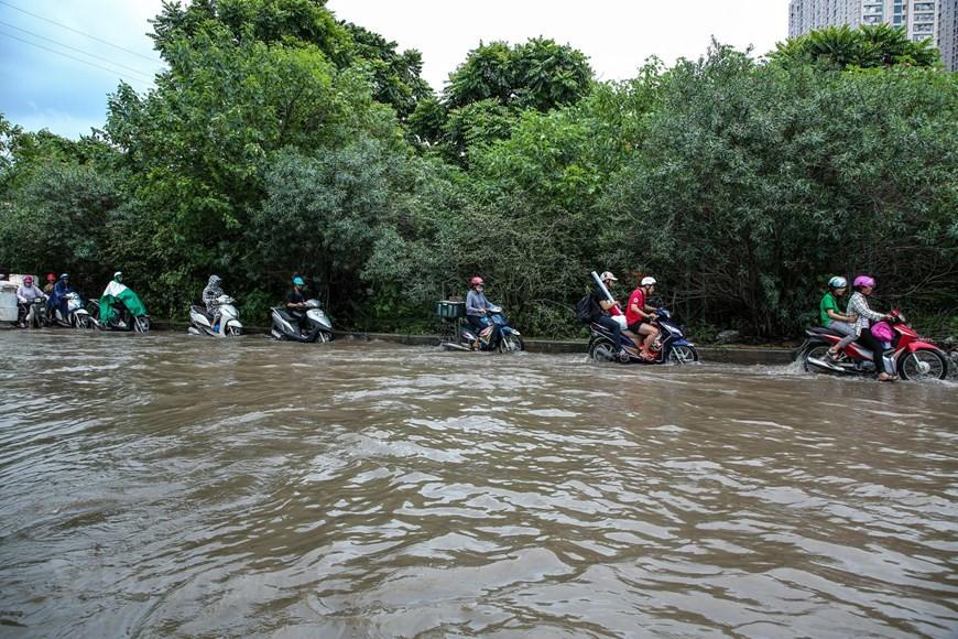 Cận cảnh Đại lộ Thăng Long ngập nặng sau cơn mưa lớn do bão số 3 - Ảnh 2.