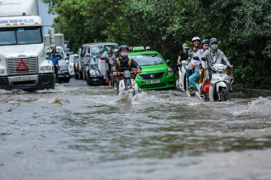 Cận cảnh Đại lộ Thăng Long ngập nặng sau cơn mưa lớn do bão số 3 - Ảnh 3.