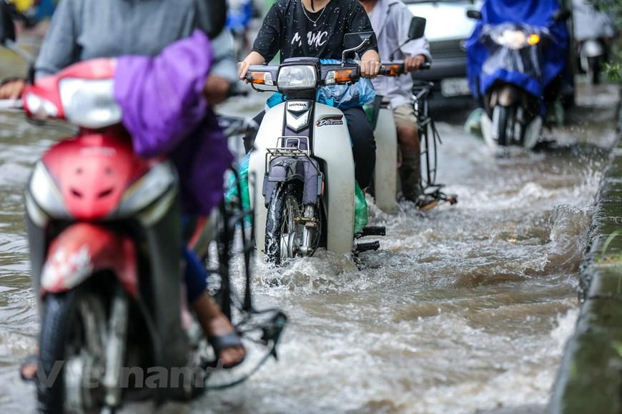 Cận cảnh Đại lộ Thăng Long ngập nặng sau cơn mưa lớn do bão số 3 - Ảnh 4.