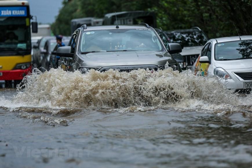 Cận cảnh Đại lộ Thăng Long ngập nặng sau cơn mưa lớn do bão số 3 - Ảnh 5.