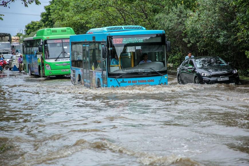 Cận cảnh Đại lộ Thăng Long ngập nặng sau cơn mưa lớn do bão số 3 - Ảnh 6.