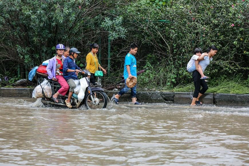 Cận cảnh Đại lộ Thăng Long ngập nặng sau cơn mưa lớn do bão số 3 - Ảnh 7.