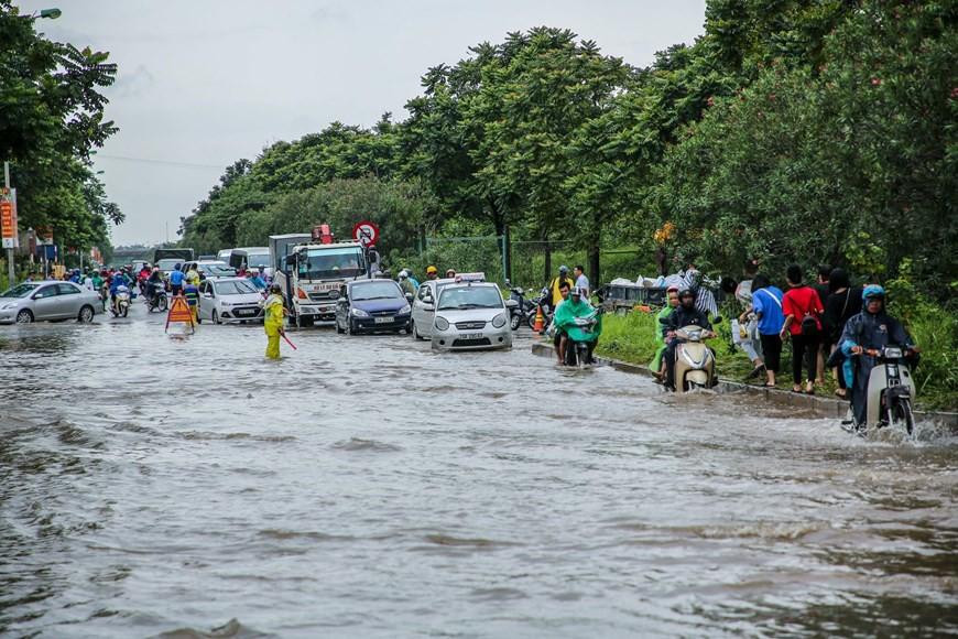 Cận cảnh Đại lộ Thăng Long ngập nặng sau cơn mưa lớn do bão số 3 - Ảnh 8.