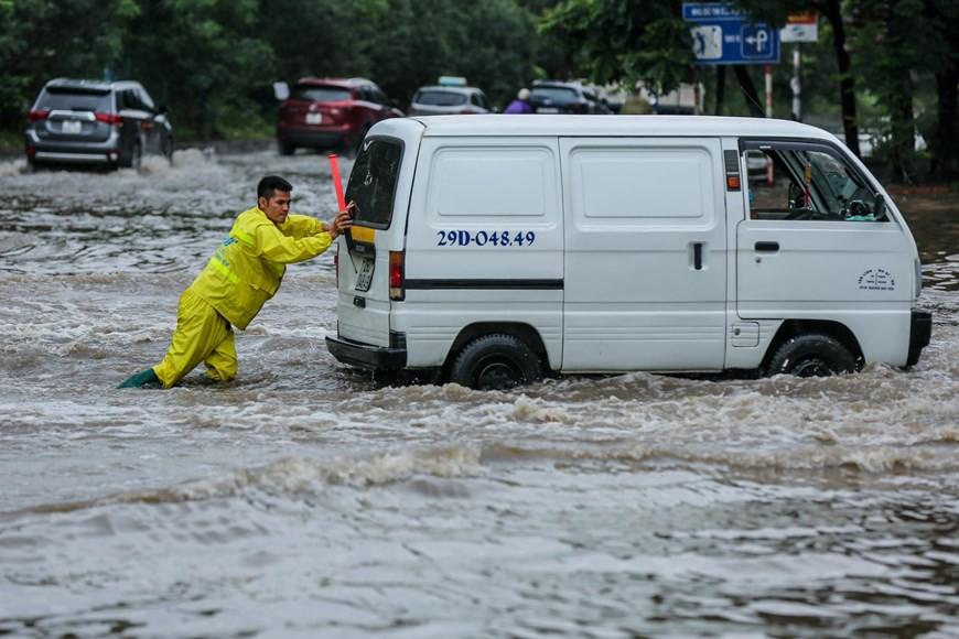 Cận cảnh Đại lộ Thăng Long ngập nặng sau cơn mưa lớn do bão số 3 - Ảnh 9.