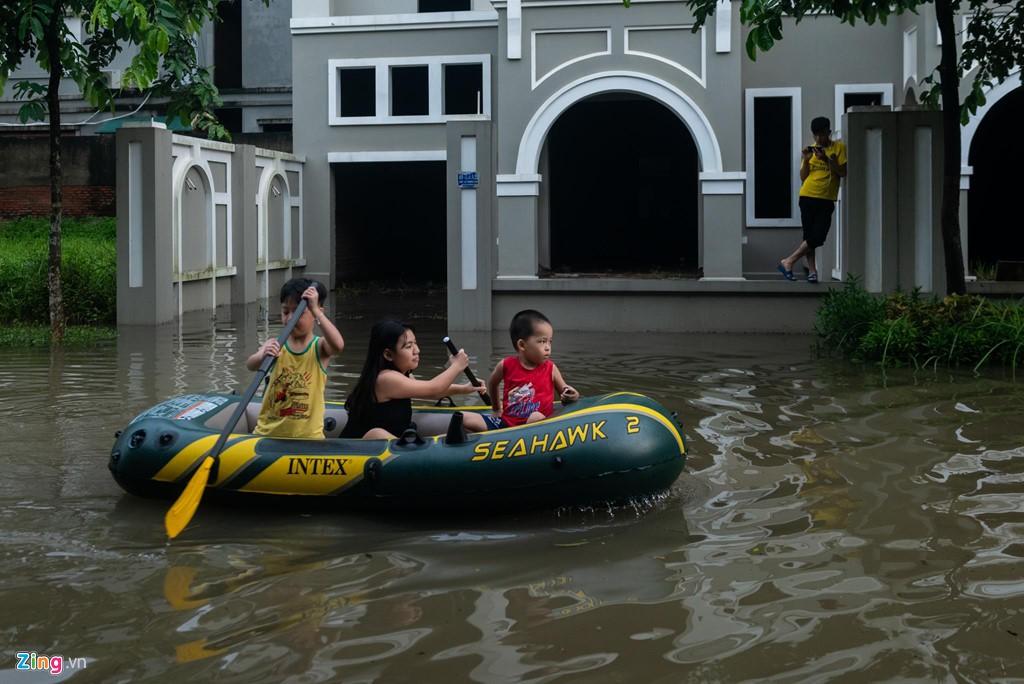 Hàng trăm căn biệt thự chìm trong nước, dân sắm thuyền di chuyển - Ảnh 10.