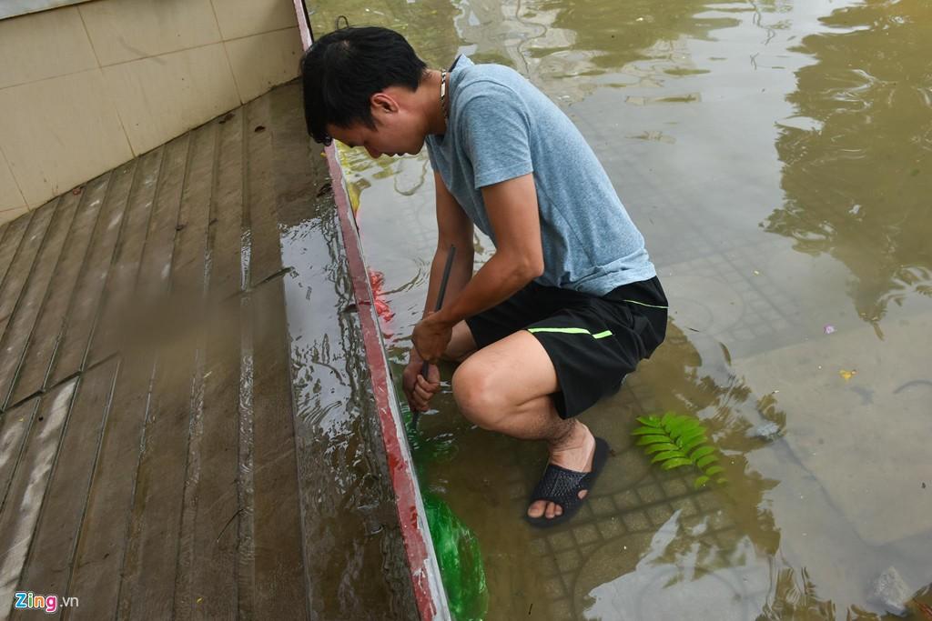 Hàng trăm căn biệt thự chìm trong nước, dân sắm thuyền di chuyển - Ảnh 13.