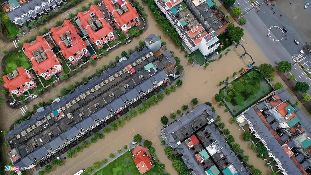 Hàng trăm căn biệt thự chìm trong nước, dân sắm thuyền di chuyển - Ảnh 3.