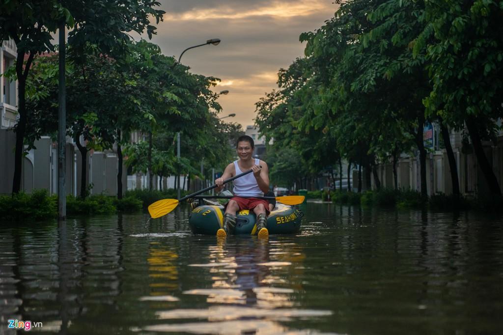 Hàng trăm căn biệt thự chìm trong nước, dân sắm thuyền di chuyển - Ảnh 7.