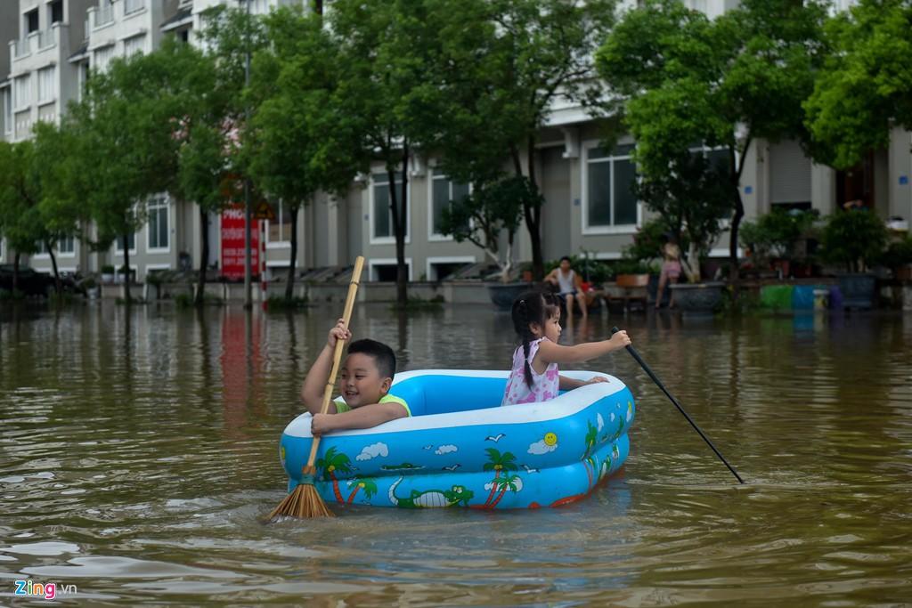 Hàng trăm căn biệt thự chìm trong nước, dân sắm thuyền di chuyển - Ảnh 8.