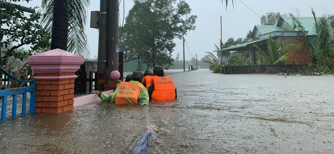 Đảo ngọc Phú Quốc tiếp tục ngập lịch sử: Nước đến cổ, chia nhau đi cứu dân - Ảnh 2.