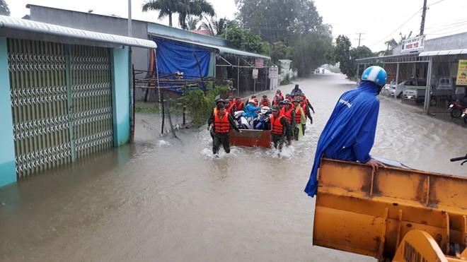 Đảo ngọc Phú Quốc tiếp tục ngập lịch sử: Nước đến cổ, chia nhau đi cứu dân - Ảnh 13.