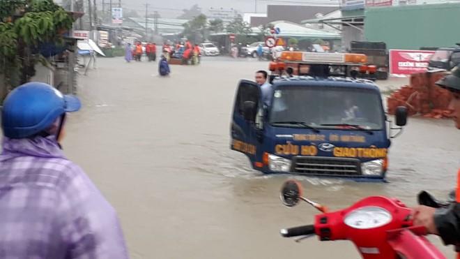 Đảo ngọc Phú Quốc tiếp tục ngập lịch sử: Nước đến cổ, chia nhau đi cứu dân - Ảnh 14.