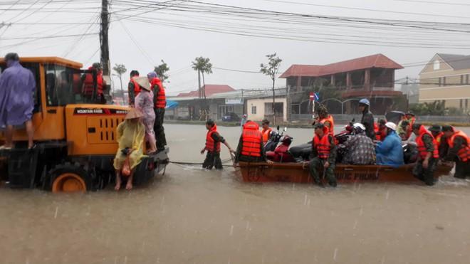 Đảo ngọc Phú Quốc tiếp tục ngập lịch sử: Nước đến cổ, chia nhau đi cứu dân - Ảnh 15.