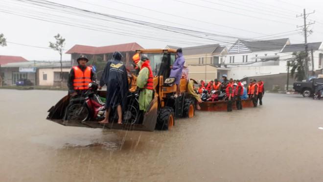 Đảo ngọc Phú Quốc tiếp tục ngập lịch sử: Nước đến cổ, chia nhau đi cứu dân - Ảnh 17.