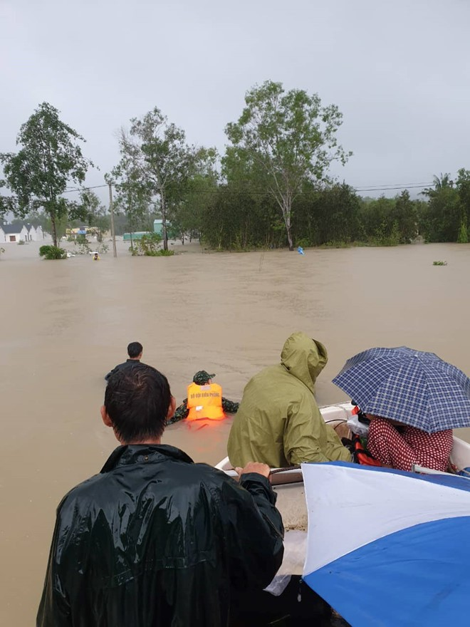 Đảo ngọc Phú Quốc tiếp tục ngập lịch sử: Nước đến cổ, chia nhau đi cứu dân - Ảnh 3.