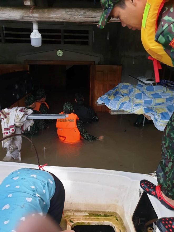 Đảo ngọc Phú Quốc tiếp tục ngập lịch sử: Nước đến cổ, chia nhau đi cứu dân - Ảnh 4.