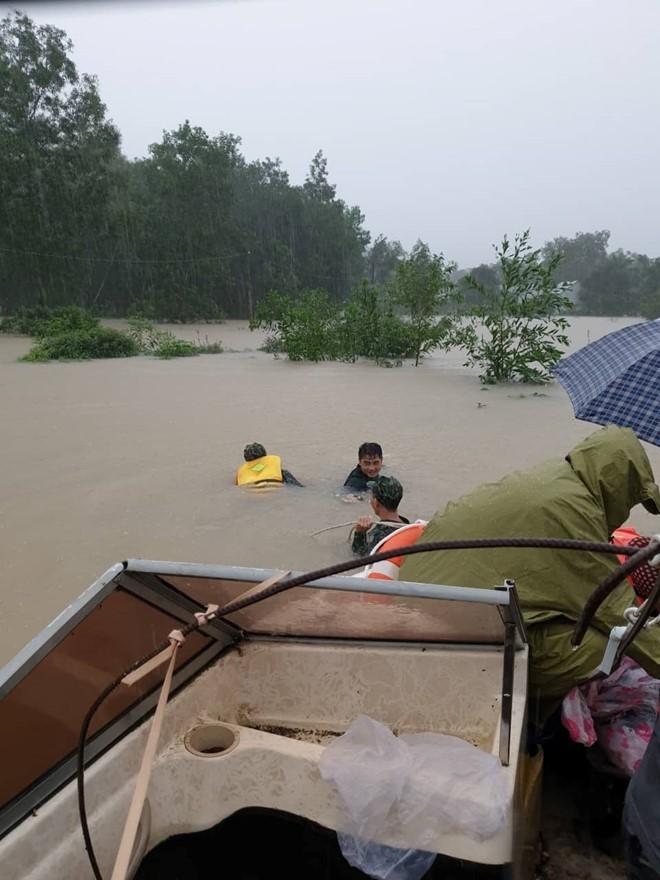 Đảo ngọc Phú Quốc tiếp tục ngập lịch sử: Nước đến cổ, chia nhau đi cứu dân - Ảnh 7.