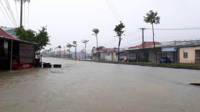 Đảo ngọc Phú Quốc tiếp tục ngập lịch sử: Nước đến cổ, chia nhau đi cứu dân - Ảnh 8.