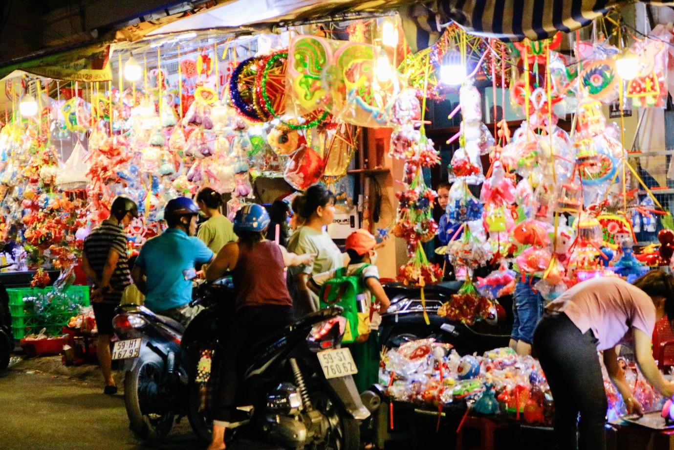 Rộn ràng phố lồng đèn nổi tiếng nhất Sài Gòn mùa Trung thu - Ảnh 1.