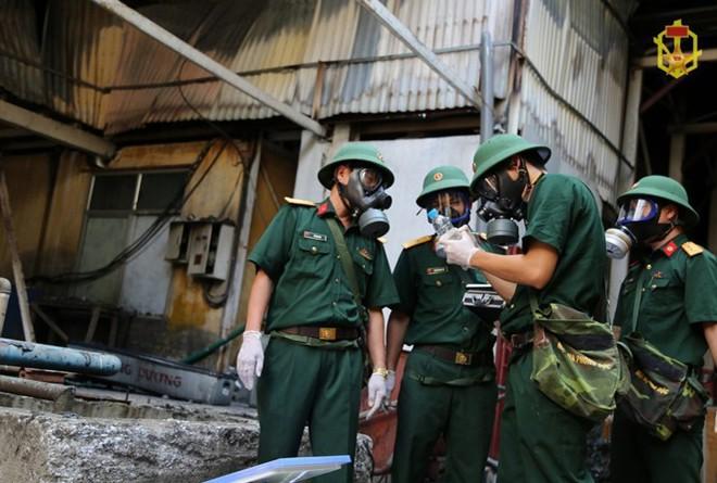Bộ Quốc phòng chỉ đạo Binh chủng Hóa học xử lí ô nhiễm hóa chất ở Rạng Đông - Ảnh 1.