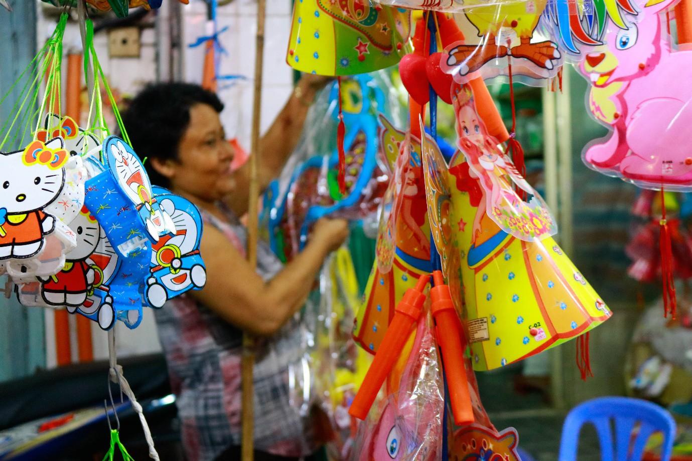Rộn ràng phố lồng đèn nổi tiếng nhất Sài Gòn mùa Trung thu - Ảnh 9.