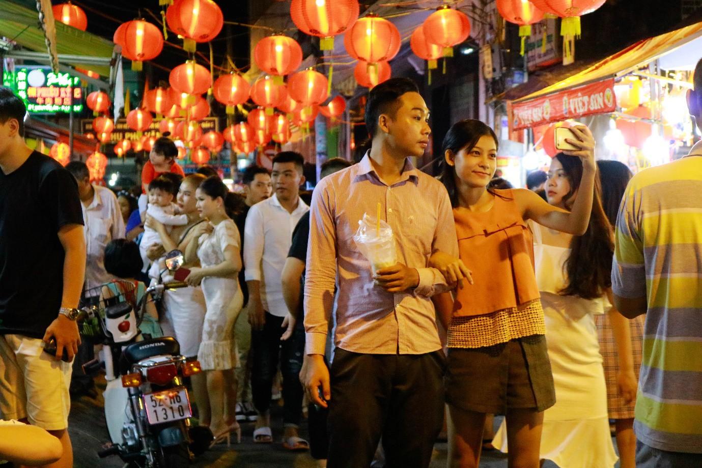 Rộn ràng phố lồng đèn nổi tiếng nhất Sài Gòn mùa Trung thu - Ảnh 7.