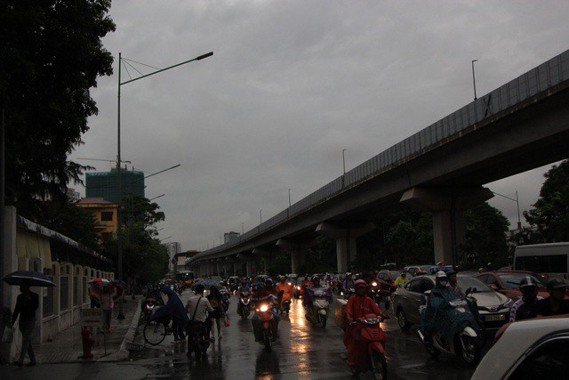 Hà Nội sáng nay trời tối đen, nhiều tuyến đường ùn tắc - Ảnh 9.