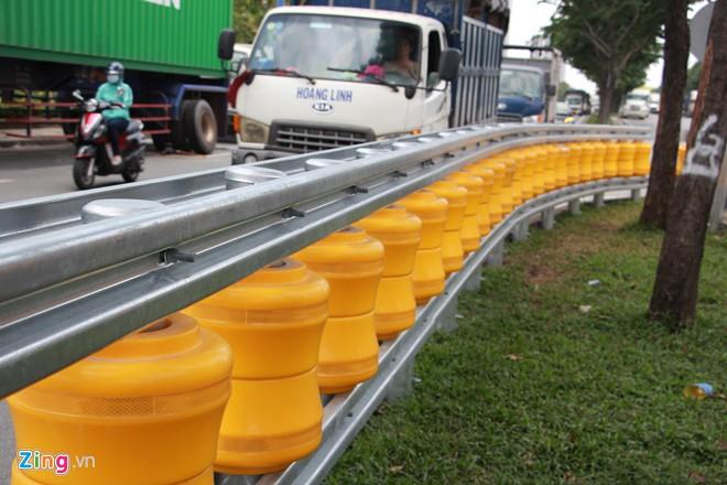 Hai dãy hộ lan bánh xoay chống lật xe đầu tiên ở Sài Gòn - Ảnh 1.