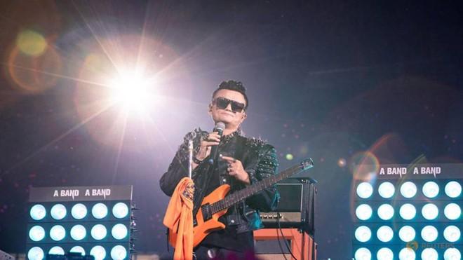 Jack Ma hát rock, đẫm nước mắt trong tiệc chia tay đế chế Alibaba - Ảnh 1.