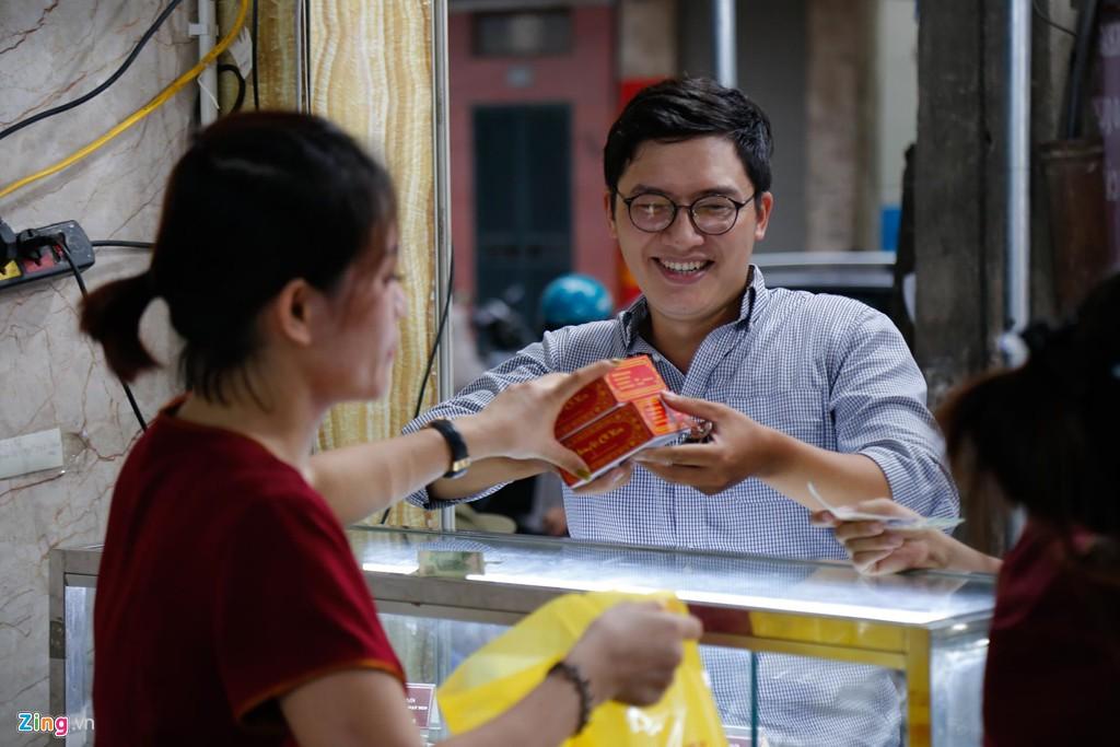 Đi 40 km sang nội thành xếp hàng 1 tiếng để mua 2 hộp bánh Trung thu - Ảnh 3.