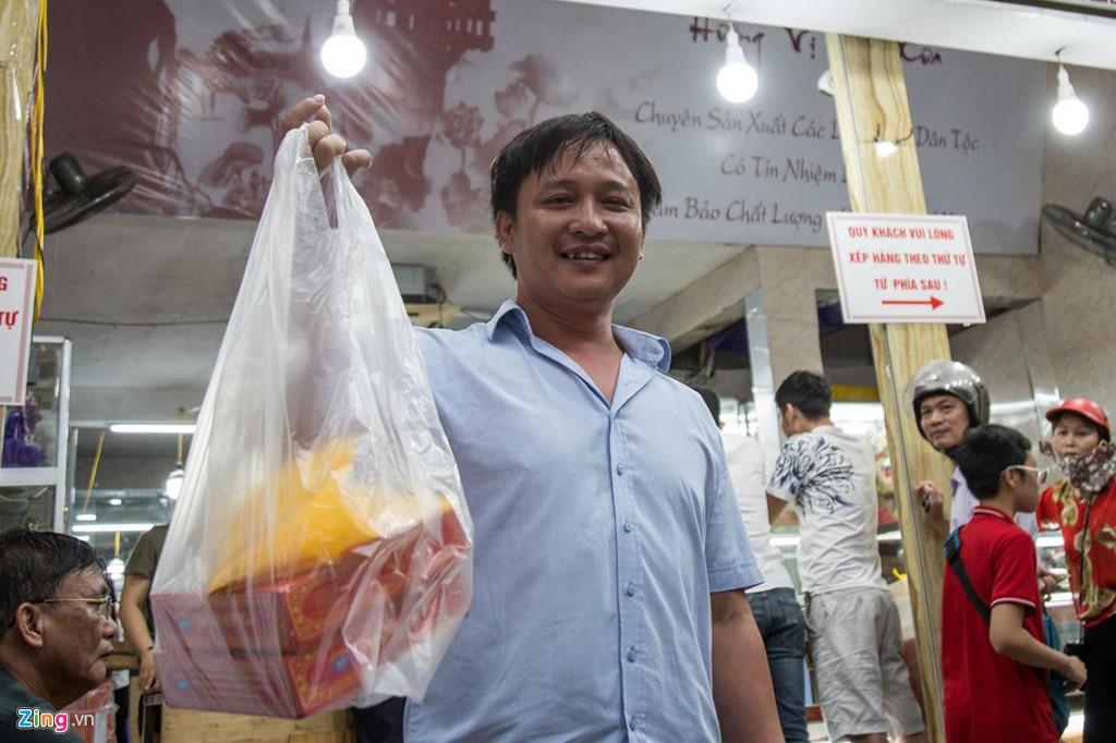 Đi 40 km sang nội thành xếp hàng 1 tiếng để mua 2 hộp bánh Trung thu - Ảnh 4.
