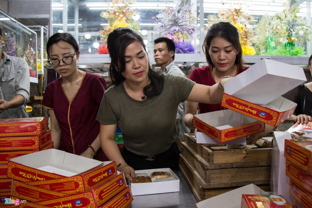 Đi 40 km sang nội thành xếp hàng 1 tiếng để mua 2 hộp bánh Trung thu - Ảnh 5.