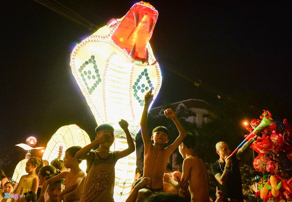 Đèn lồng khổng lồ được rước ra đường đón Trung thu - Ảnh 4.