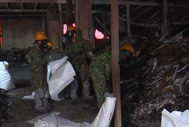 Sẽ mở thêm đường để đưa phế thải vụ cháy Công ty Rạng Đông ra ngoài - Ảnh 4.