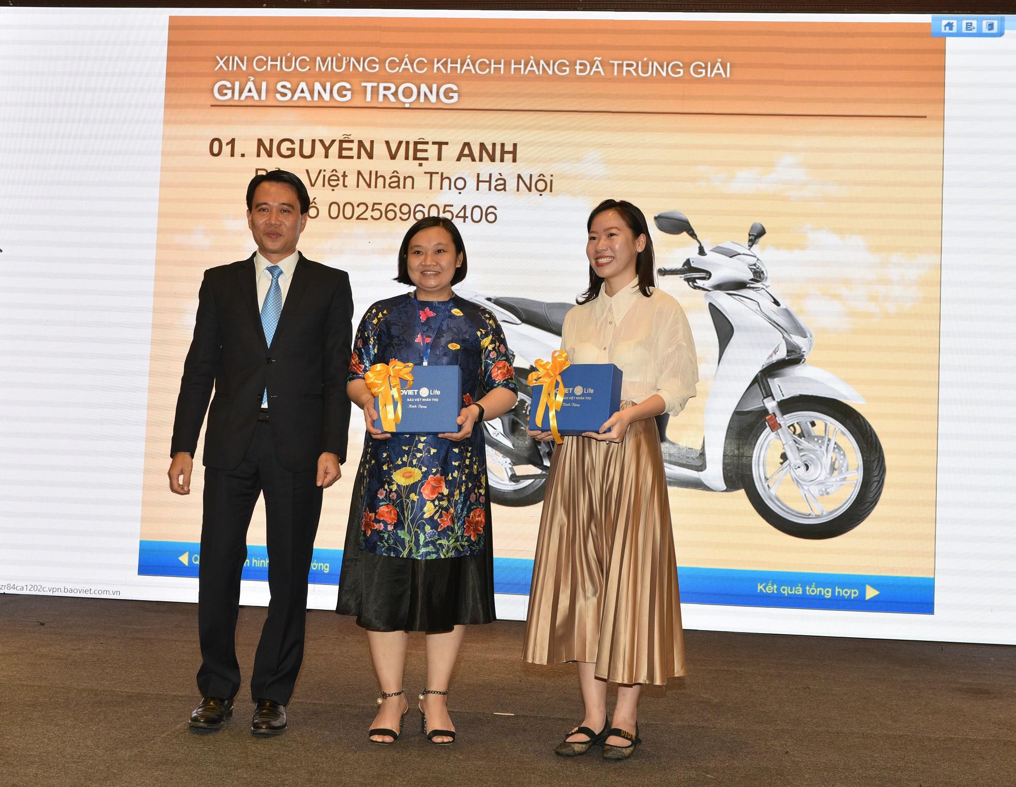 Đại diện Lãnh đạo Bảo Việt Nhân thọ trao quà tặng cho 2 khách hàng đã hỗ trợ tìm ra chủ nhân chiếc xe SH