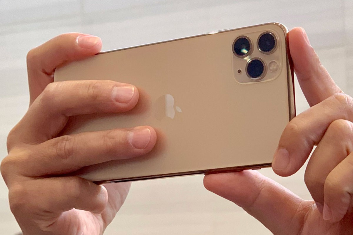 gia-iphone-11-xach-tay-dua-nhau-nhay-mua-1
