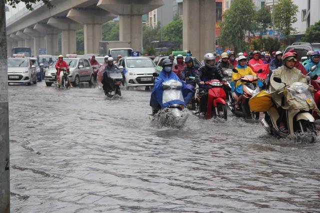 Hà Nội mưa lớn từ sáng sớm, nhiều tuyến phố ngập lụt, ách tắc - Ảnh 1.